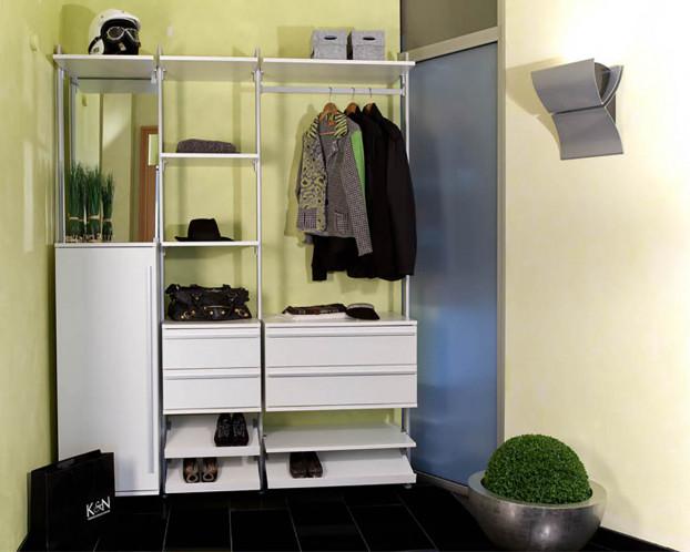 Die offene Garderobe ANNA schafft helle und aufgeräumte Eingangsbereiche.
