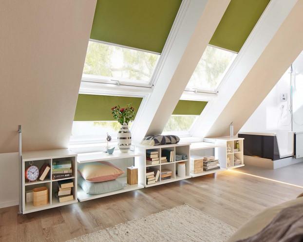 Das Regalsystem für die Dachschrägen passt auch in kleine Räume